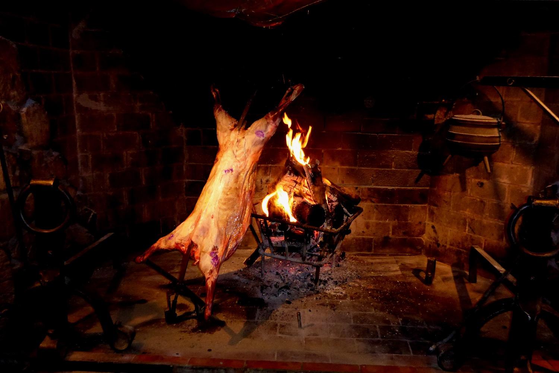 Argentinische Spezialität: gegrilltes Lamm vom Spieß | Argentinian specialty: grilled lamb on a spit