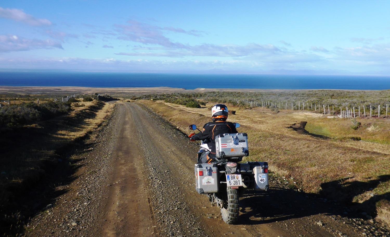 Feuerland: schöne Pisten, windzerzaustes Gebüsch und Blick aufs Meer | Tierra del Fuego: great dirt roads, wind-blown bushes, and a view of the ocean