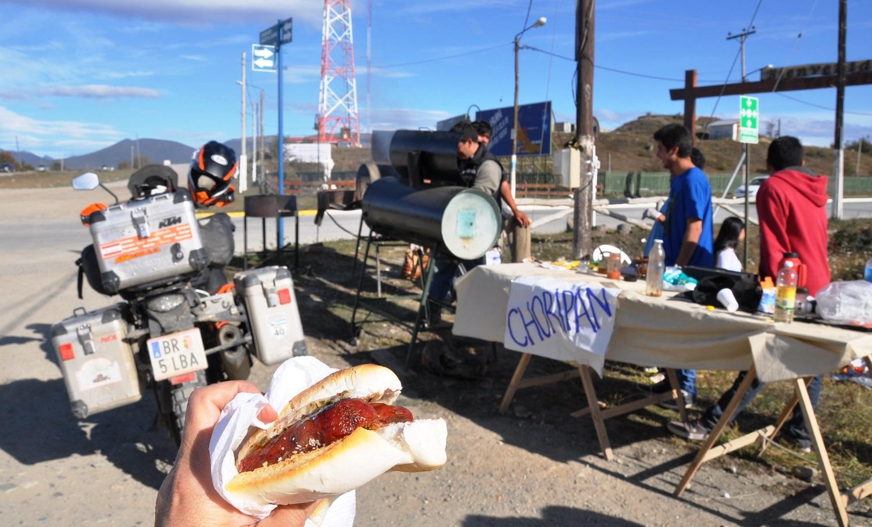 Feuerland Streetfood: Choripan = Chorizo (Wurst) im Pan (Brot) | Street food on Tierra del Fuego: Choripan = chorizo in pan (bread)