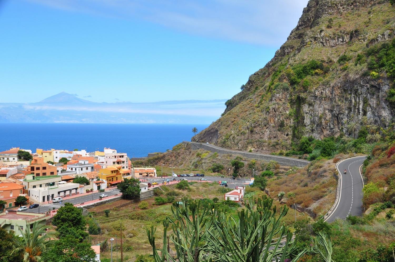 Küstenstraße auf La Gomera mit Blick auf Teneriffa | Coastal road on La Gomera with a view of Tenerife