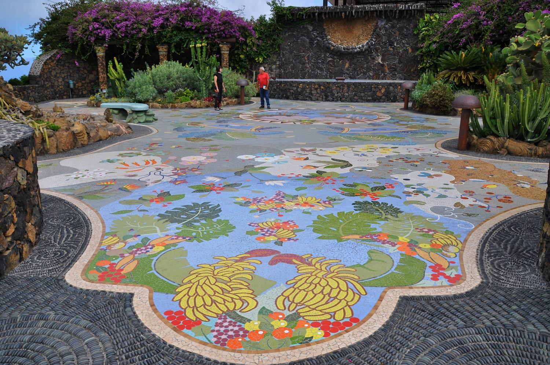 Fast zu schade zum drüber gehen: das Mosaik Plaza de la Glorieta   Almost a shame to walk on it: the mosaic in Plaza de la Glorieta