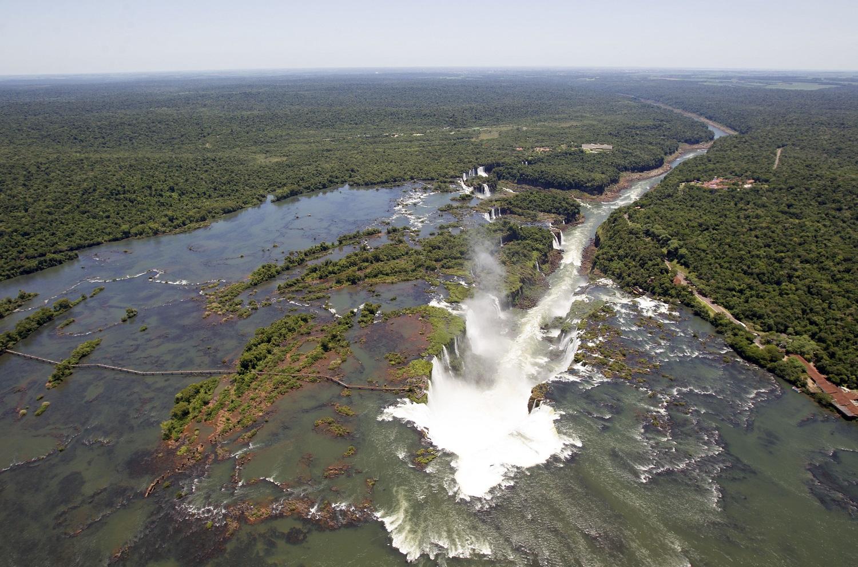 BRAZILIË Foz de Iguazu van bovenaf.