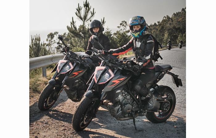 Die Zwillingsschwestern Liliana und Patricia reisen durch Europa auf ihren KTM 1290 SUPER DUKE Rs, hier sind sie in Santuário de Santa Luzia, Portugal PC @rubeneccoelho