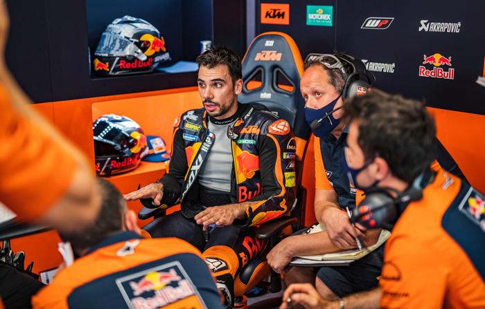 Oliveira, sein Crew Chief Paul Trevathan und das Team diskutieren das Set-Up, das zum Erfolg führte, in der Box vom Circuit de Barcelona-Catalunya PC @PolarityPhoto