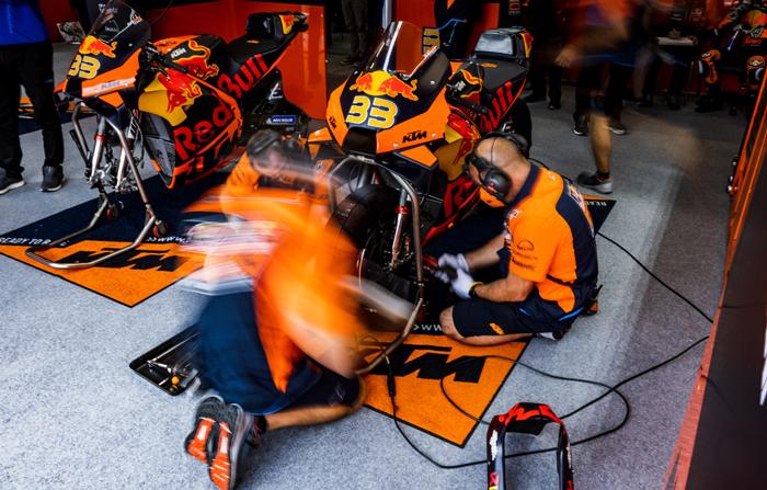 Das Team bereitet Brad Binder's KTM RC16 für den GP in Assen vor PC @PolarityPhoto